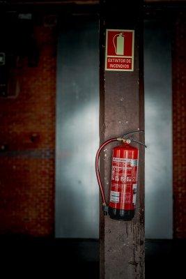 Brandblusser op paal. BHV herhaling